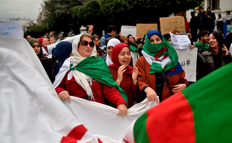 Mulheres argelinas se juntam em Argel aos protestos contra a permanência do Presidente no poder.