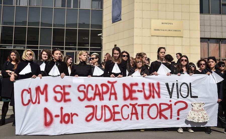 """Como se livrar de um estupro, juízes?"""", protesto em frente ao Tribunal de Bucareste, que elas acusam de conivência com os agressores."""