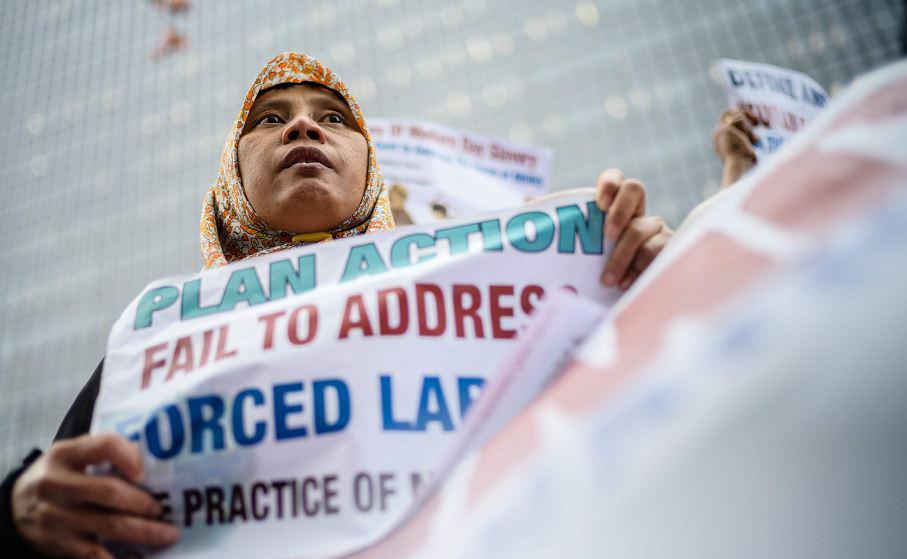 Migrantes ajudantes domésticas exigem melhores condições de trabalho em Hong Kong.
