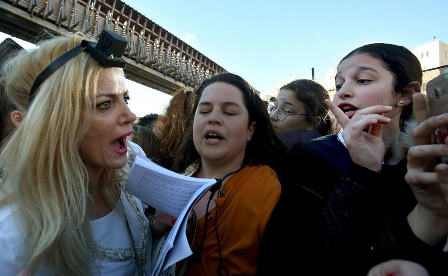 """Integrantes do movimento religioso judeu liberal """"Mulheres do Muro"""" argumentam com integrantes de movimentos Ultra ortodoxos, durante um evento que marca o início do mês judaico (Rosh Hodesh) na cidade velha de Jerusalém."""
