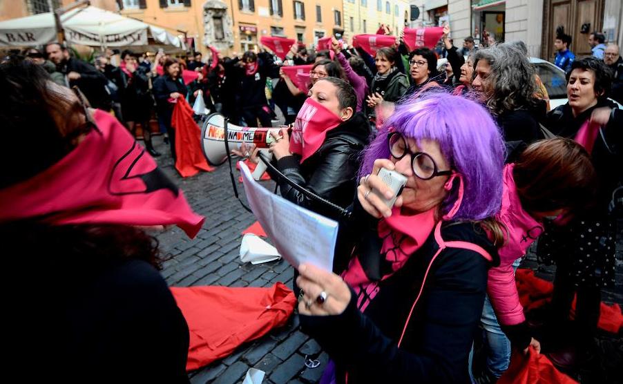 """O movimento feminista """"Non Una Meno"""" (nem uma a menos) se manifesta em frente ao Ministério do trabalho em Roma."""