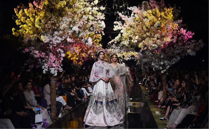 Desfile de moda do designer Sana Safinaz no primeiro dia da semana da moda do Paquistão (FPW) em Karachi.