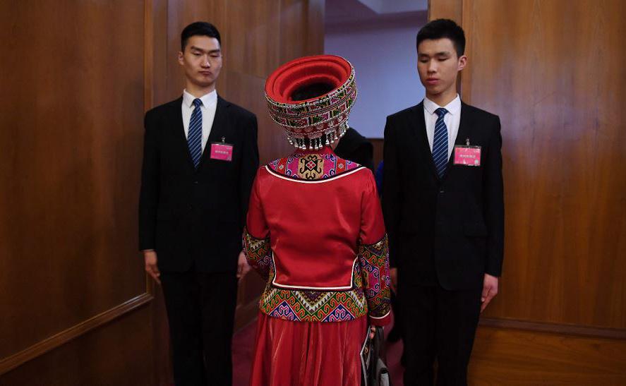 Uma representante da minoria étnica (C) chega para a sessão de encerramento da Consultiva Política do povo chinês no grande salão do povo, em Pequim