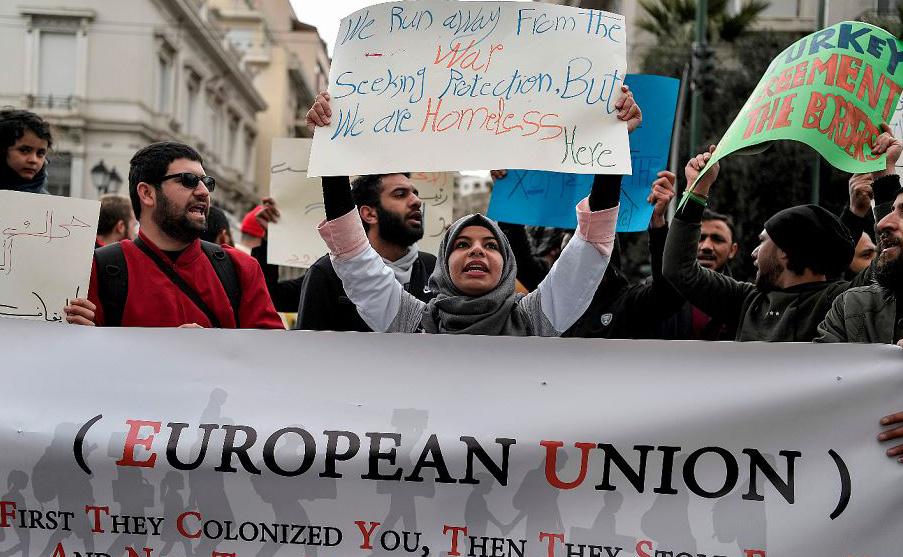 Refugiados que vivem na Grécia protestam do lado de fora dos escritórios da União Européia em Atenas reivindicando a manutenção do projeto ESTIA, que fornece assistência financeira e habitação para os refugiados