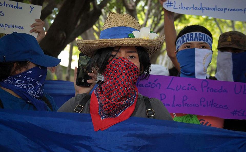 Estudantes participam de uma manifestação convocada pela Universidade da América Central  (UCA) da Nicarágua para marcar 11 meses desde o início dos protestos contra o governo e pela libertação de opositores do presidente Daniel Ortega em Manágua.