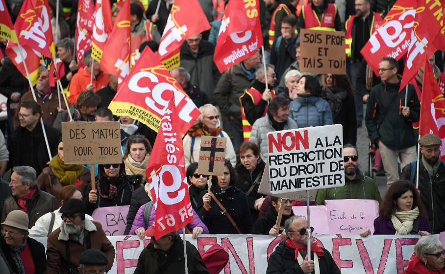 Manifestantes participam de um 'dia de greves' convocado pelos sindicatos dos trabalhadores franceses para exigir mais poder de compra e defender os serviços públicos, em Estrasburgo.