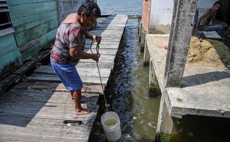 Lago Maracaibo poluído nas palafitas de San Timoteo, Estado Zulia, na Venezuela.