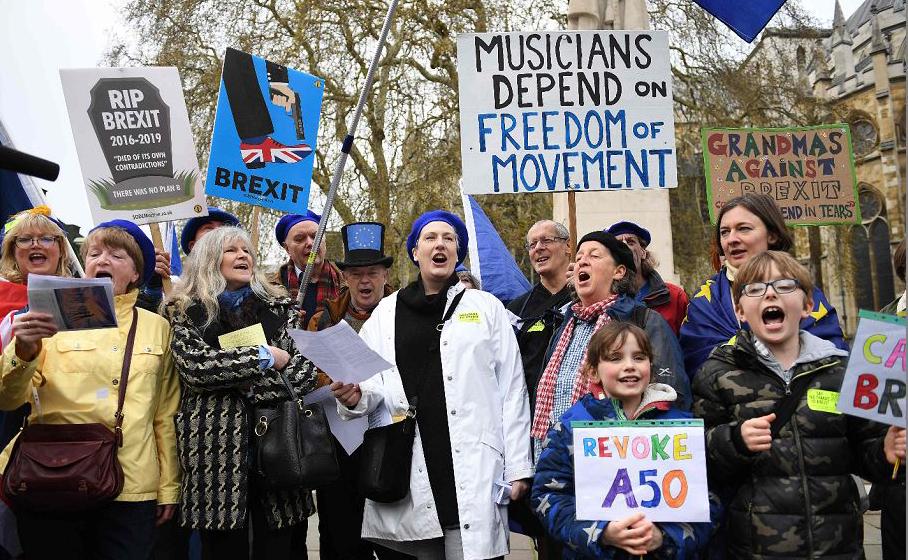 Manifestantes anti-Brexit em frente ao Parlamento, no centro de Londres.