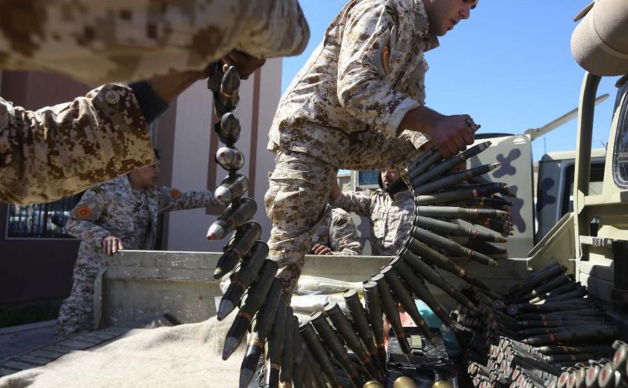 Grupamento Misrata preparam a munição antes de ir para a linha da frente da batalha contra as forças da Líbia, na periferia da capital Trípoli. Pelo menos 32 pessoas são dadas como mortas e cerca de 50 feridos em combate por tropas do Haftar.