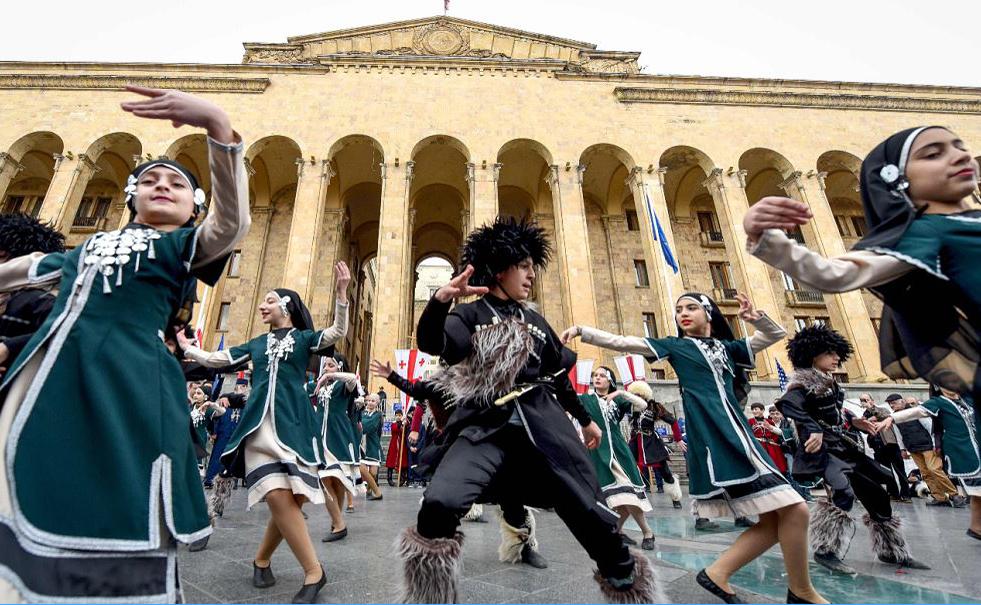 Crianças da Georgia dançam em Tbilisi durante as comemorações do 30º aniversário da chamada 'Tragédia de Tbilisi', como é chamado o dia unidade nacional.