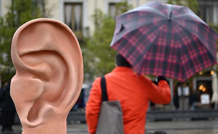 Escultura de orelha instalada pela Change.org em Madrid permite a qualquer pessoa gravar mensagens para os líderes políticos e candidatos da próxima eleição geral.