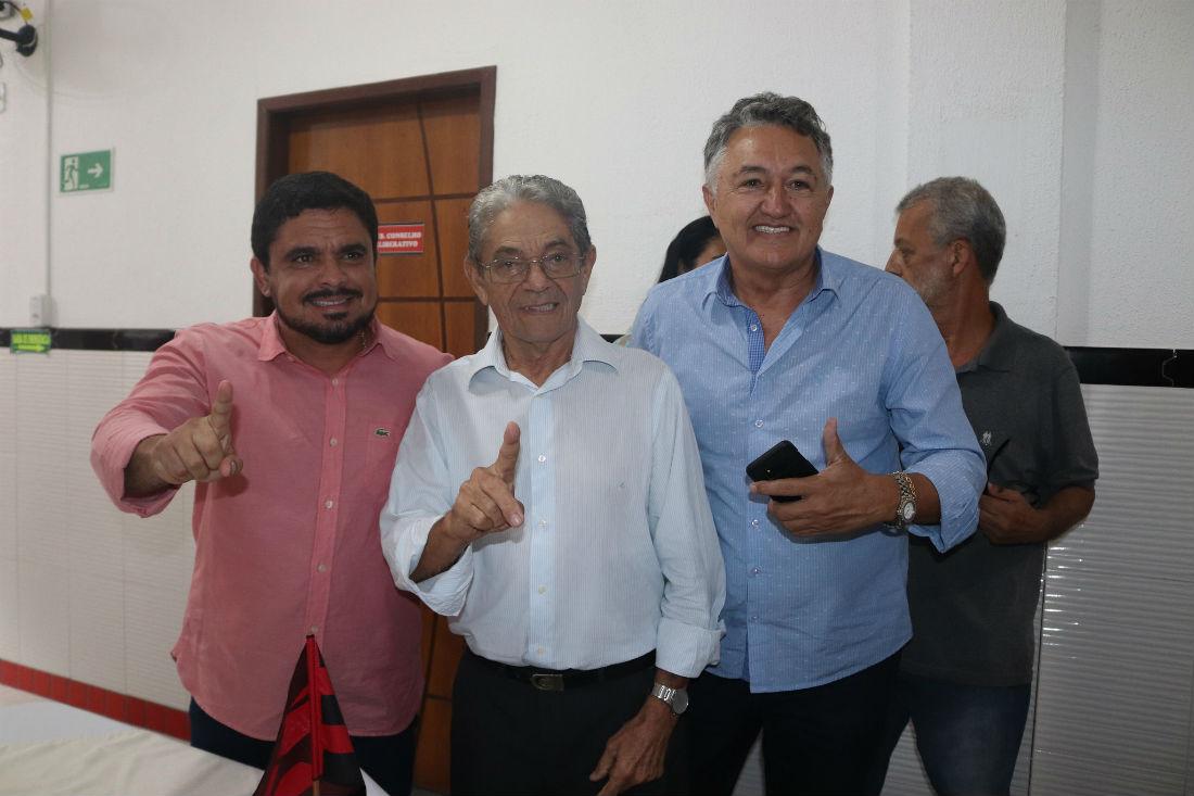 Raimundo Viana (centro) ao lado do vice Marcus Sarmento e de Djalma Abreu