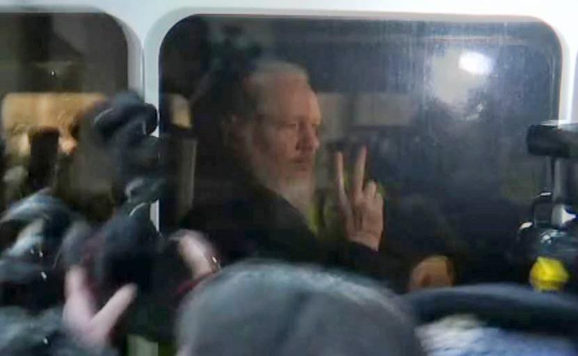 O fundador da WikiLeaks Julian Assange é conduzido pela polícia britânica para o Tribunal de  Westminster, em Londres