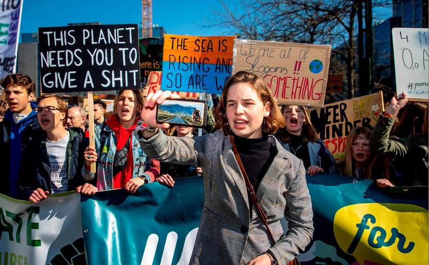 A ativista belga Anúna De Wever participa da 13ª edição da greve estudantil, organizada pela 'Juventude pelo clima', em Bruxelas.