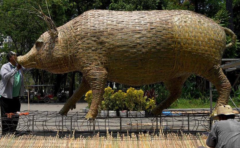 Escultura em bambu para marcar o ano do porco no Parque Wat Phnom em Phnom Penh.