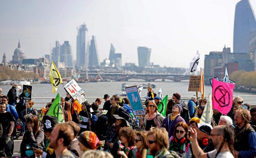 Manifestação ambientalista contra a mudança climática na ponte de Waterloo, em Londres.