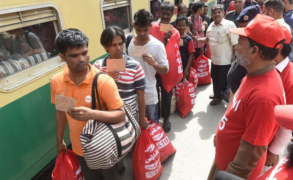 Pescadores indianos chegam na estação ferroviária de Lahore, após a sua libertação da prisão de Karachi por invasão territorial.