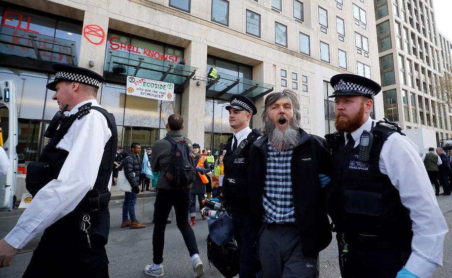 Protesto ambiental em frente à sede da da Royal Dutch Shell, UK  em Londres.