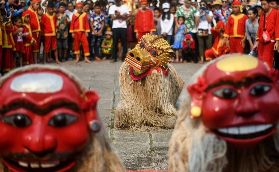 """Os ancestrais lendários  do Laos, """"Pou Nyer"""" e """"Nyar Nyer"""" e seu guardião Leão """"Singkheo Singkham"""" dançam no templo budista de Wat Xiengthong para marcar as celebrações de ano novo."""