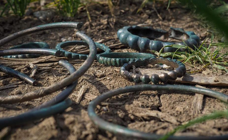 Colares e pulseiras que datam do século VI A.C. descobertos numa plantação em Tavers em 2012 serão leiloados no dia 4 de maio