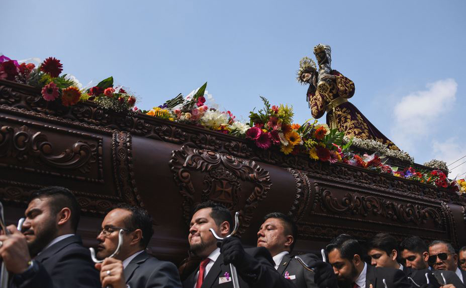 Imagem de Jesus Cristo é transportada por fiéis católicos durante a procissão de Jesus de Nazaré Merced durante a semana Santa na cidade da Guatemala.