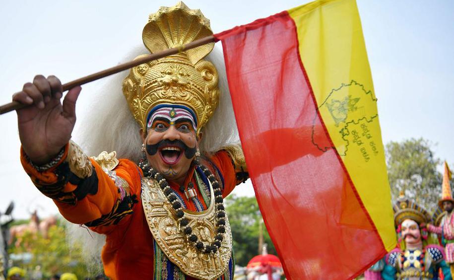 """Artista de rua vestido da divindade """"Veeragase"""" participa das comemorações do festival  """"Mahaveer Jayanthi"""", em Bangalore."""