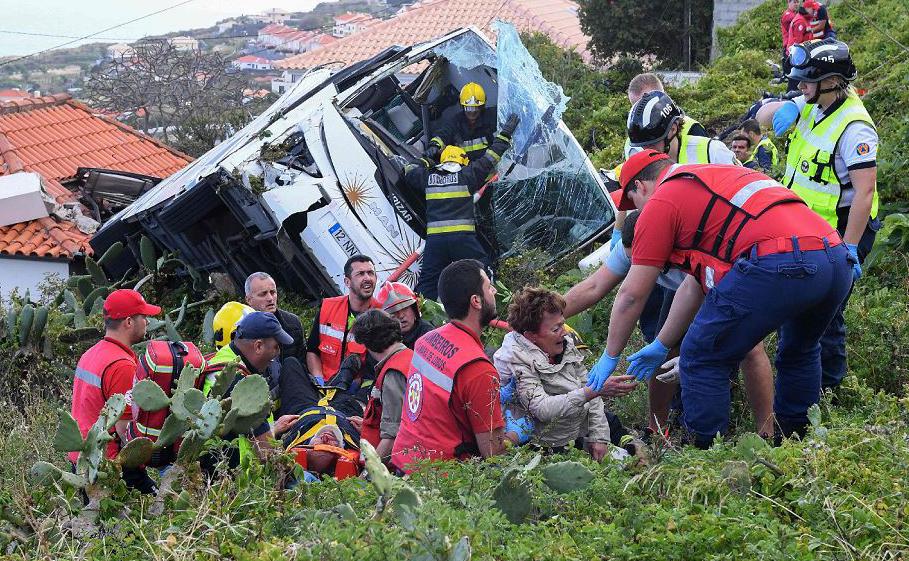 Bombeiros ajudam as vítimas de um acidente com um ônibus de turismo que caiu num despenhadeiro em Caniço, na ilha portuguesa de Madeira