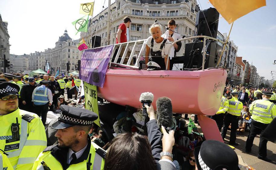 A atriz britânica Emma Thompson se une aos ativistas da mudança climática em Oxford Circus, no centro de Londres.