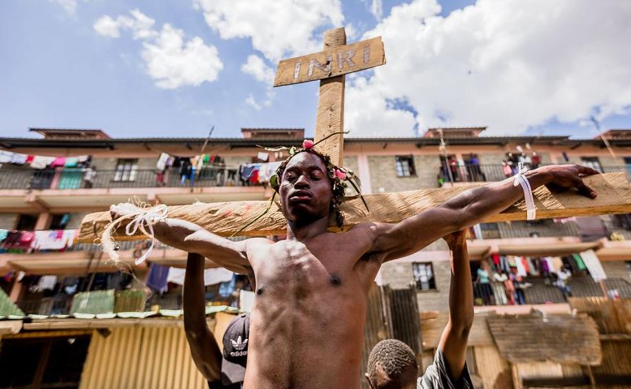 Cristãos reencenam o caminho da Cruz, ou a paixão de Jesus Cristo, durante uma comemoração de sexta-feira na favela de Kibera de Nairobi.