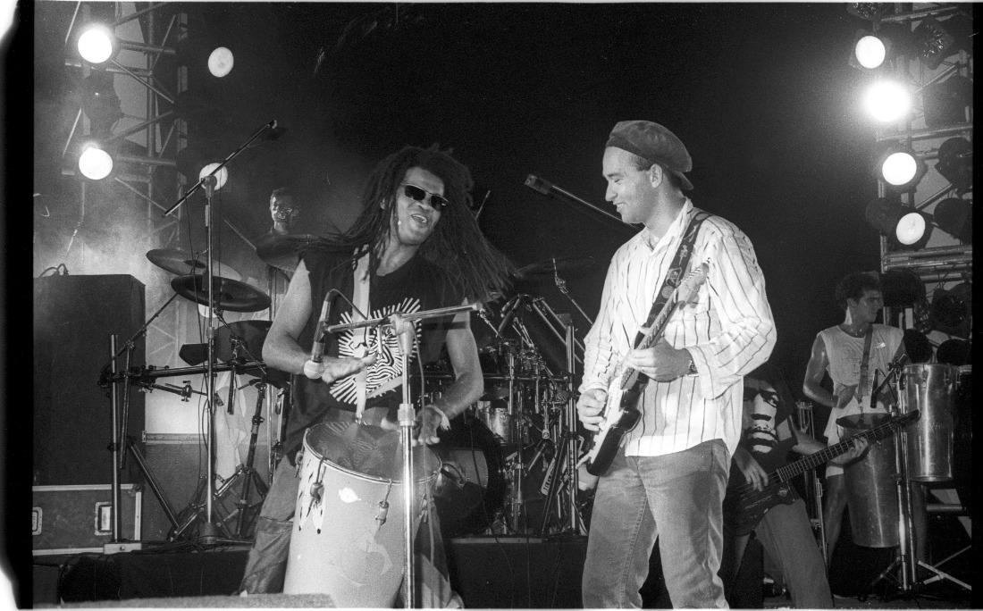 O registro de 18 de abril de 1993 foi feito na Concha Acústica do TCA, que reuniu shows de Brown, Timbalada e Paralamas do Sucesso. Com Herbert Vianna, ele escreveu a música 'Uma Brasileira', em um encontro despretensioso no Othon