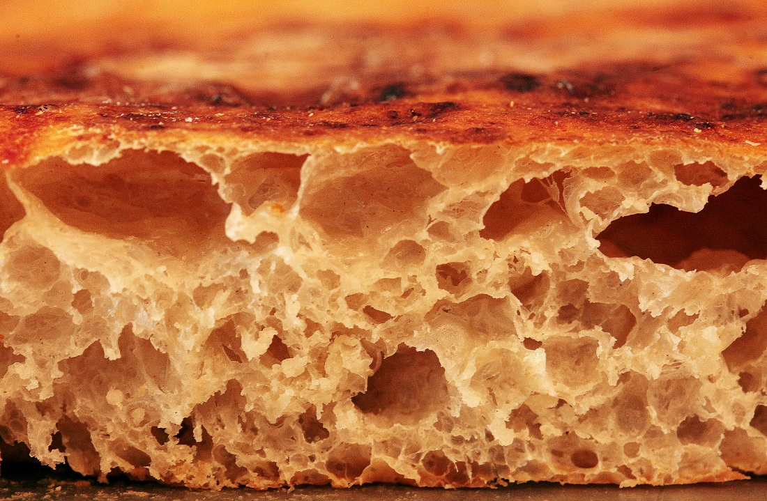 Repare na base  da pizza: pode ser saboreada sem  cobertura ou recheio. Crocante e muito saborosa