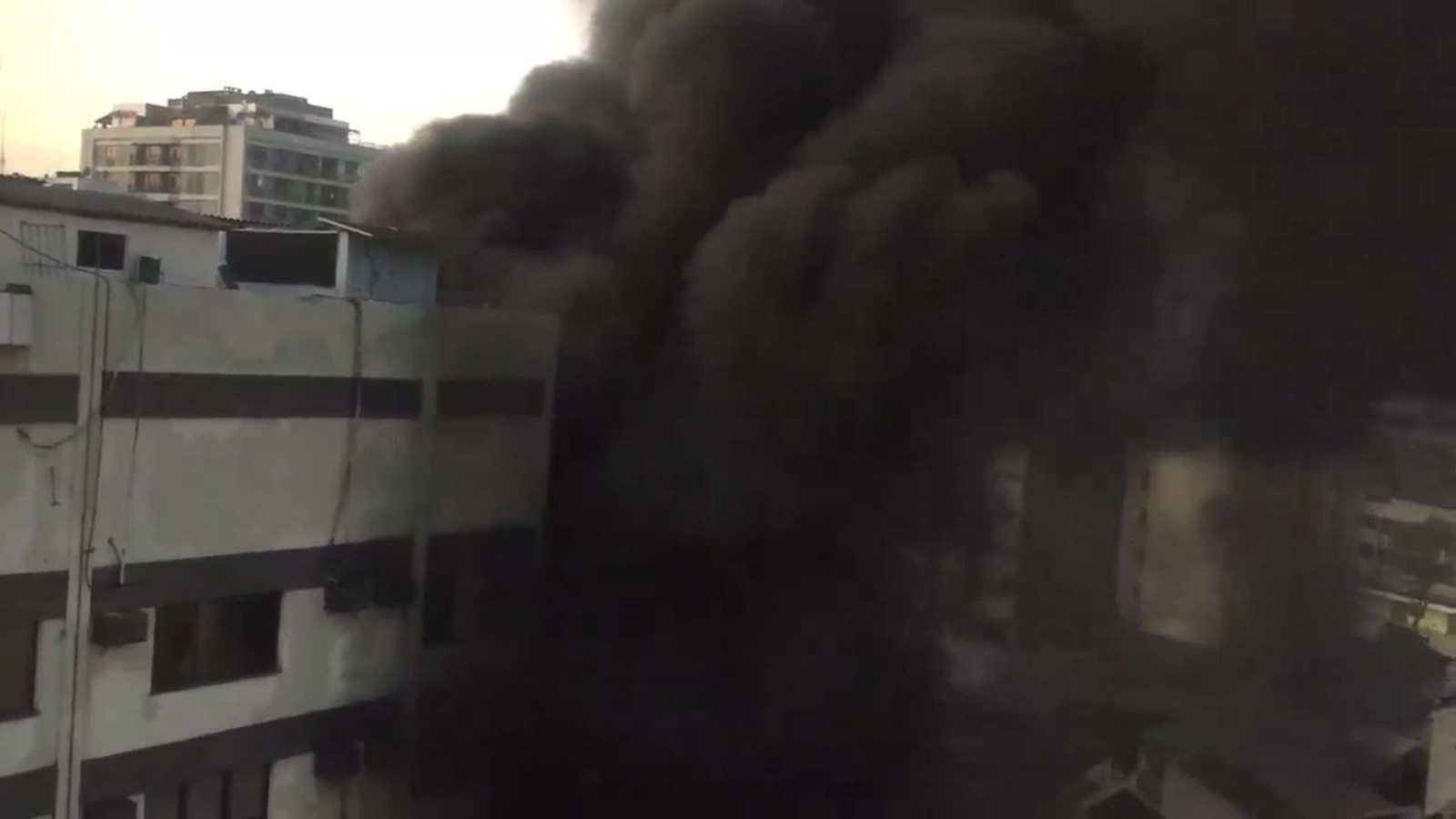 Fumaça de incêndio do Hospital Badim, no Maracanã, é registrada por moradores da região