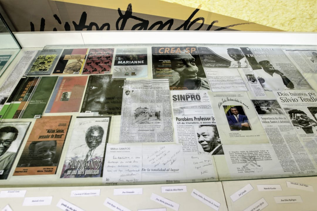 Uma das salas é dedicada à história do geógrafo Milton Santos