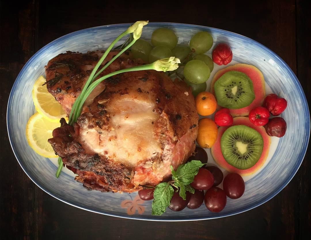 Pernil de porco marinado com frutas frescas