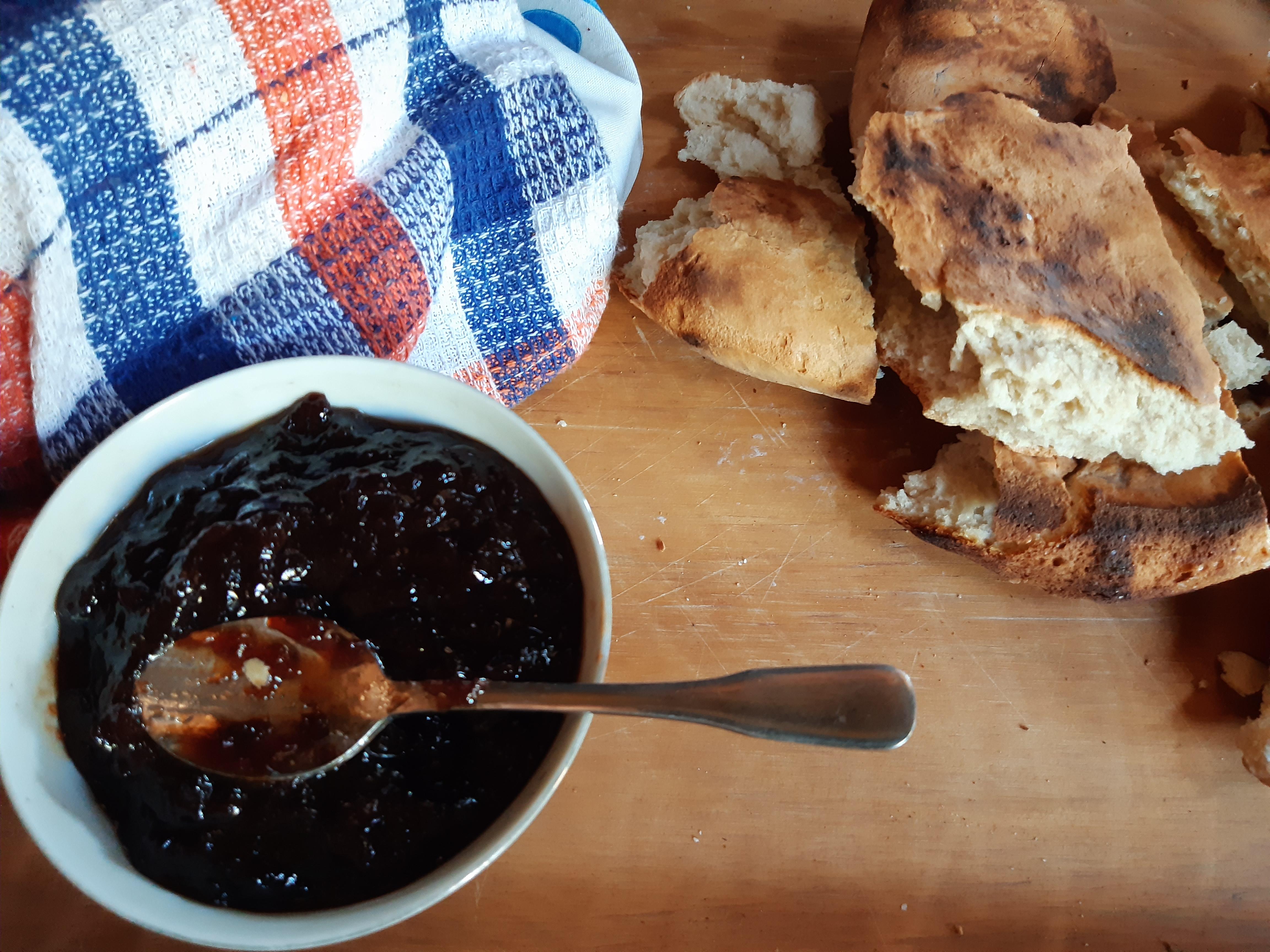 Acolhimento: pão típico e geléia servidos na ruca, habitação primitiva dos mapuches