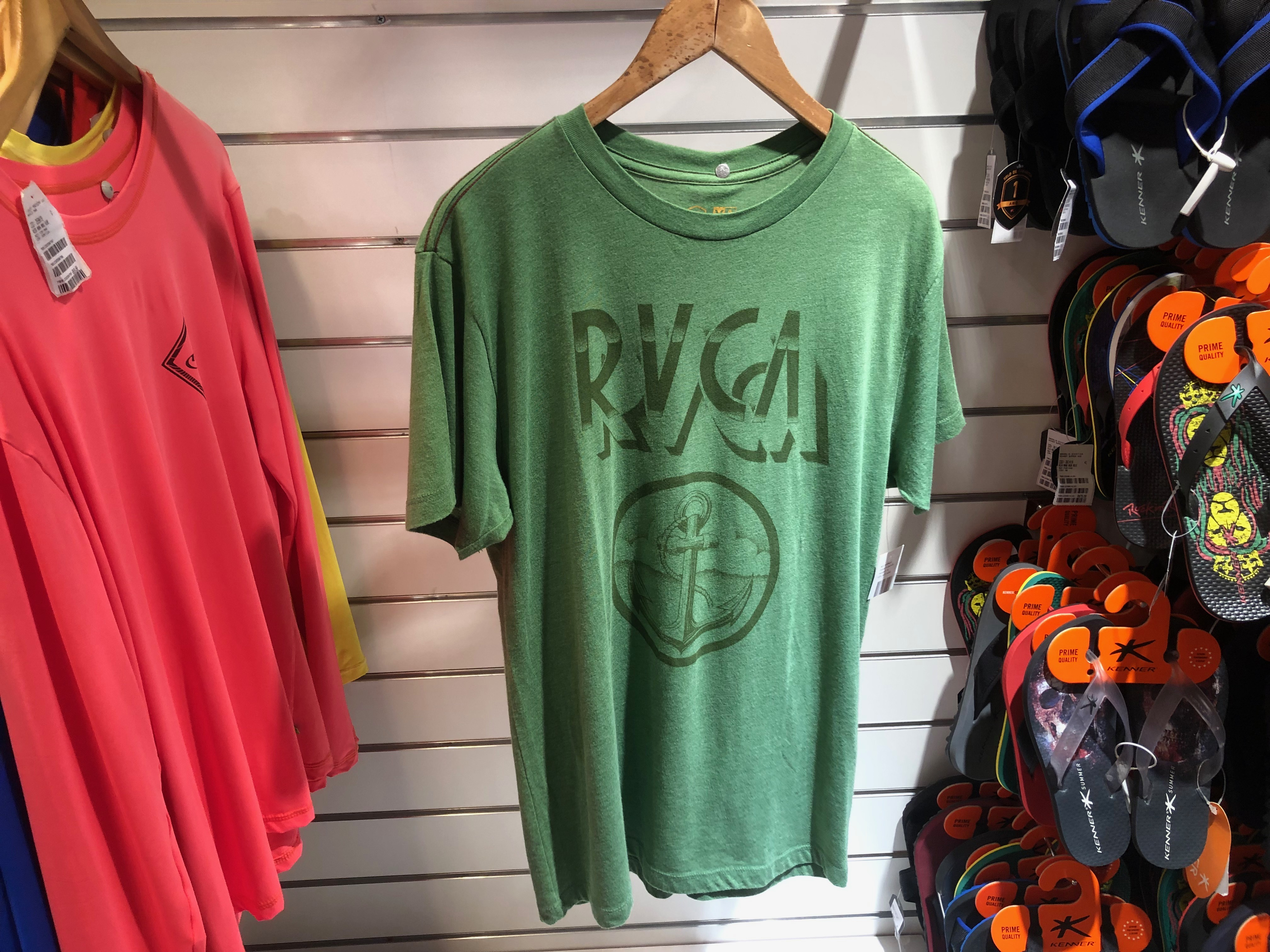 Camiseta verde RVCA (Mahalo -salvador Shopping) de R$ 110 por R$ 55 (50%)