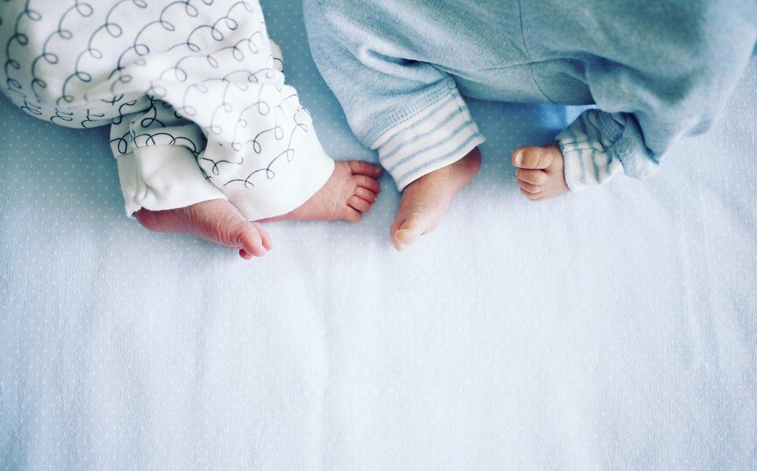 Imagem ilustrativa de bebês gêmeos: irmãos na Índia receberam nomes de Corona e Covid