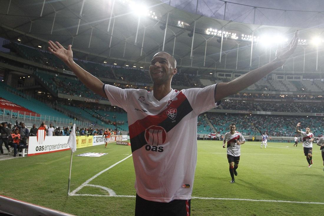 Dinei comemora um dos gols do Vitória na goleada por 7x3 em 2013