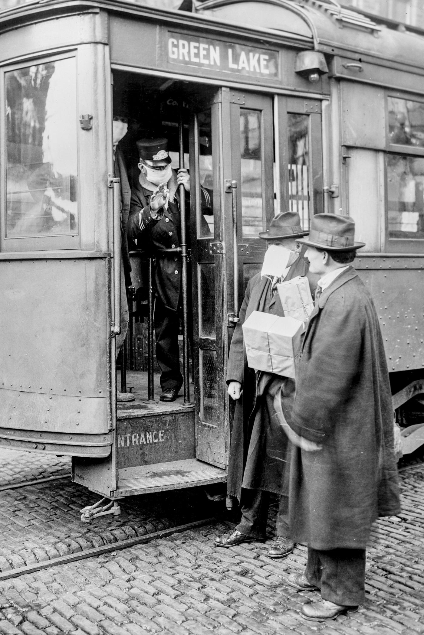Passageiro é impedido de entrar em bonde por não estar usando uma máscara em Seattle, Estados Unidos, durante gripe espanhola (1918)