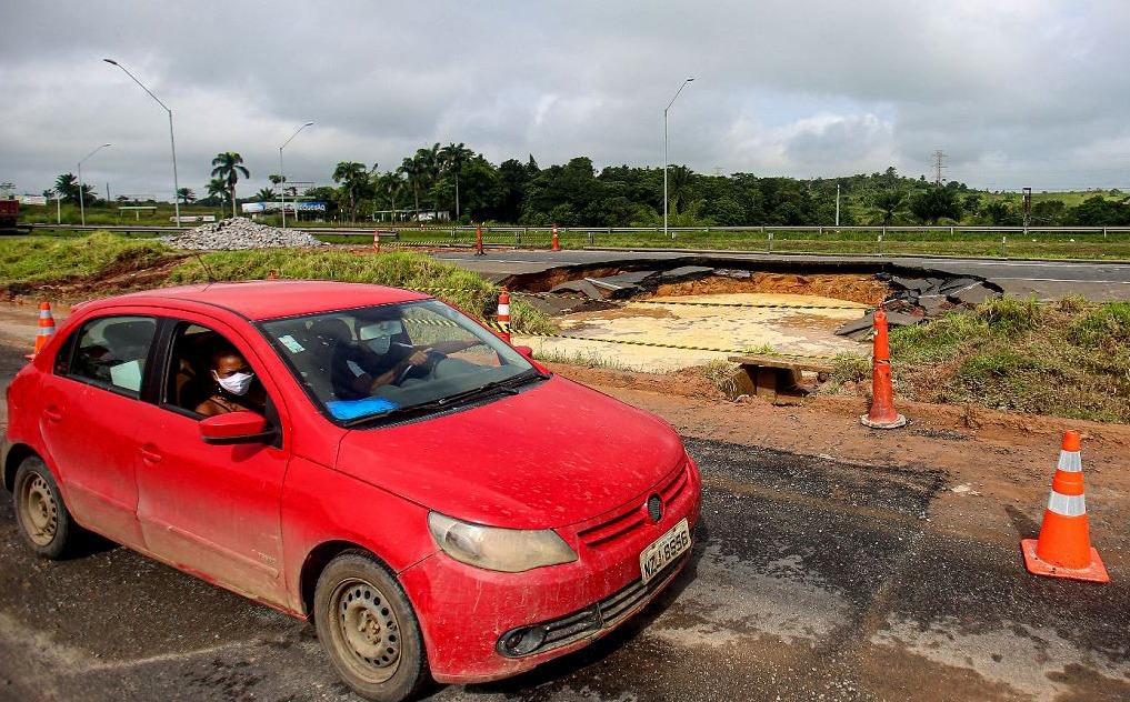 Chuva atrapalhou os trabalhos de reparo da pista da BR-324 onde surgiu uma enorme cratera. Motoristas enfrentaram engarramento.