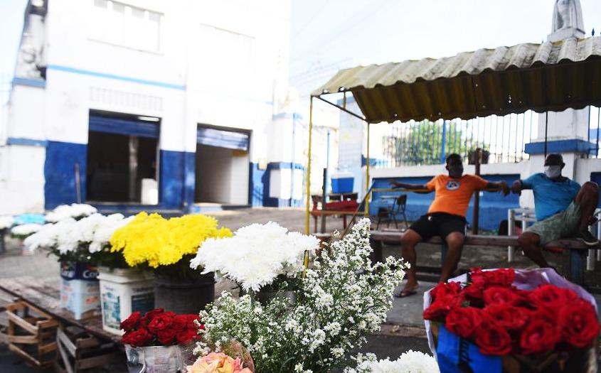 Um caixão foi deixado no Cemitério Quinta dos Lázaros, na Baixa de Quintas, e ausência de parentes chamou a atenção de vendedores.