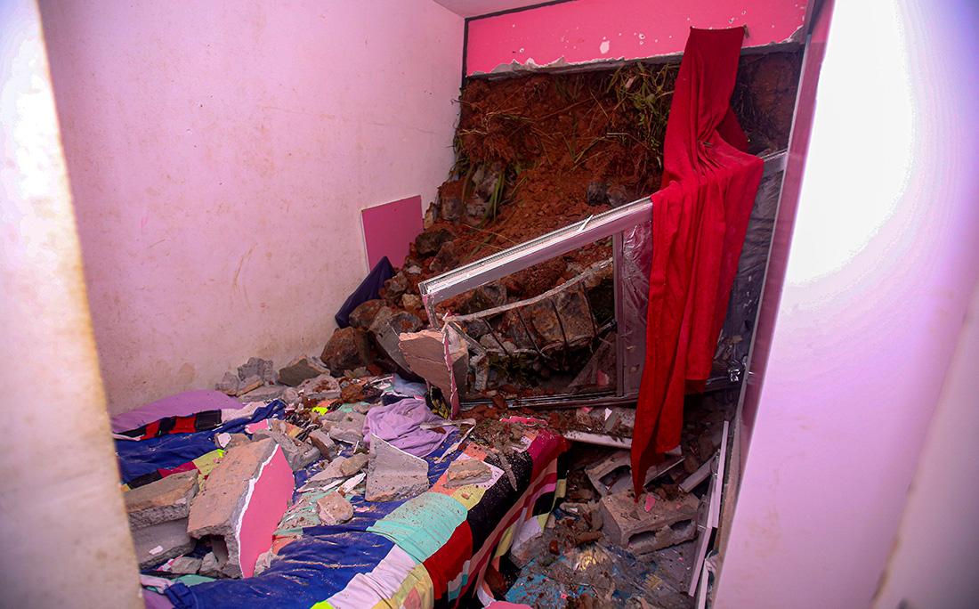 A terra invadiu parte do apartamento e soterrou três pessoas.
