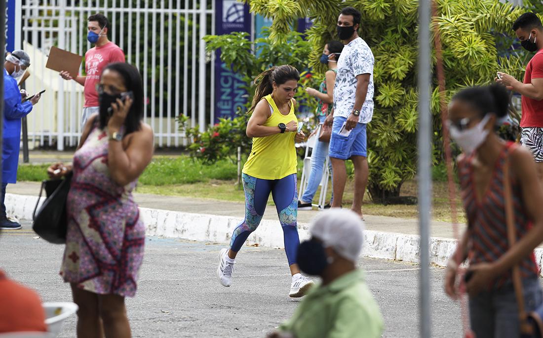 Na Praça Ana Lúcia Magalhães, algumas pessoas se exercitavam entre a população que esperava a vez para realizar o teste.