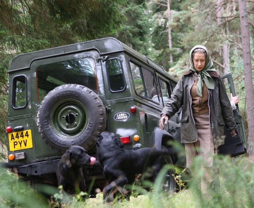 Elizabeth II e um dos seus modelos da Land Rover, o Defender