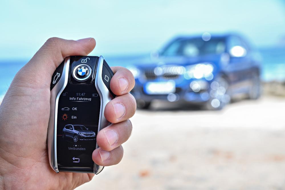 Essa é a chave oferecida a alguns modelos da BMW.  Chamada pela marca de Display Key ela se parece com um smartphone