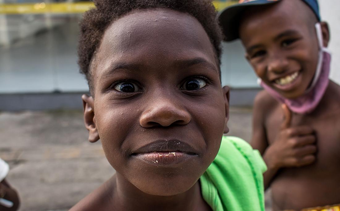 Crianças sem máscara para proteção do coronavírus.