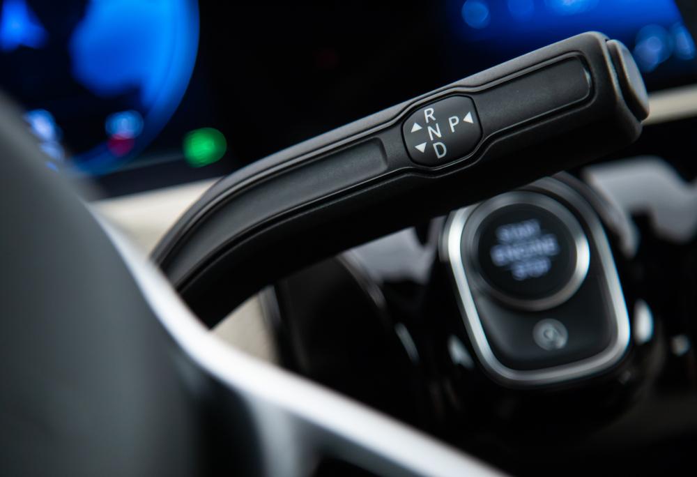 Outros optam por uma alavanca na coluna de direção. A Mercedes utiliza no Classe A e algumas marcas aplicam em minivans