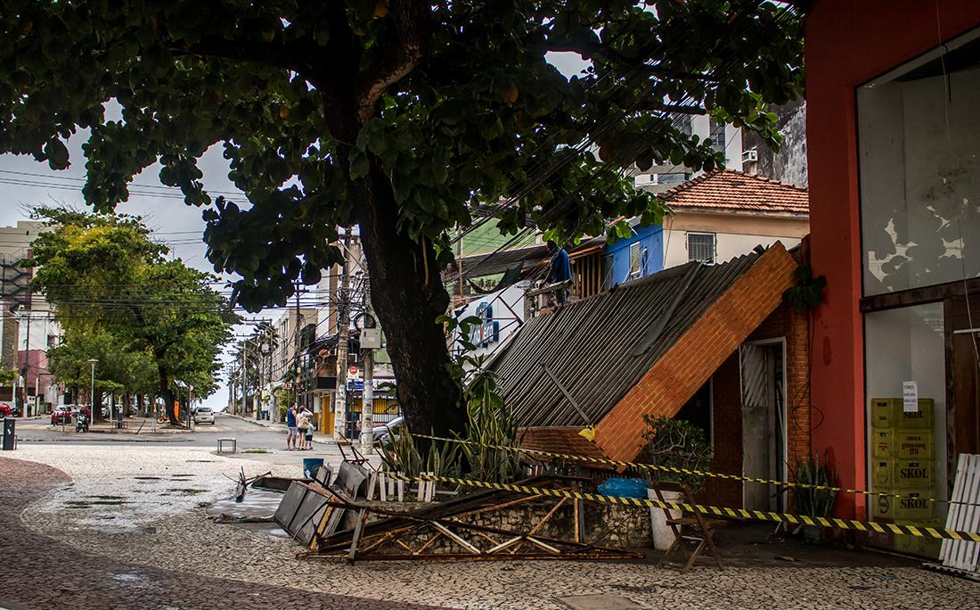 Marquise de restaurante desaba no bairro do Rio Vermelho.