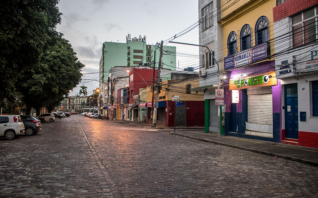 Rua deserta na Mouraria.