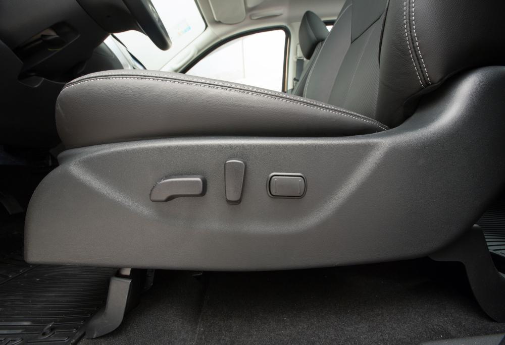 O banco do motorista conta com ajustes elétricos
